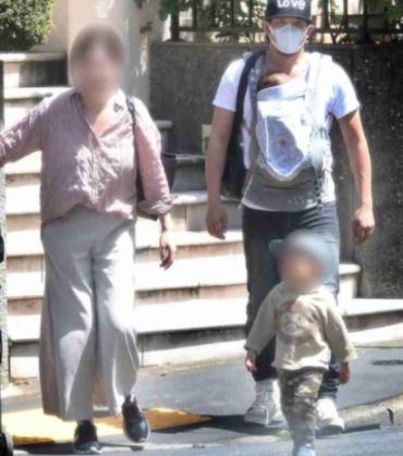 ファンキー加藤と工藤牧子が子供2人を連れている画像